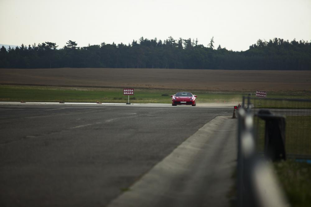 Jízda ve Ferrari na okruhu - dárek