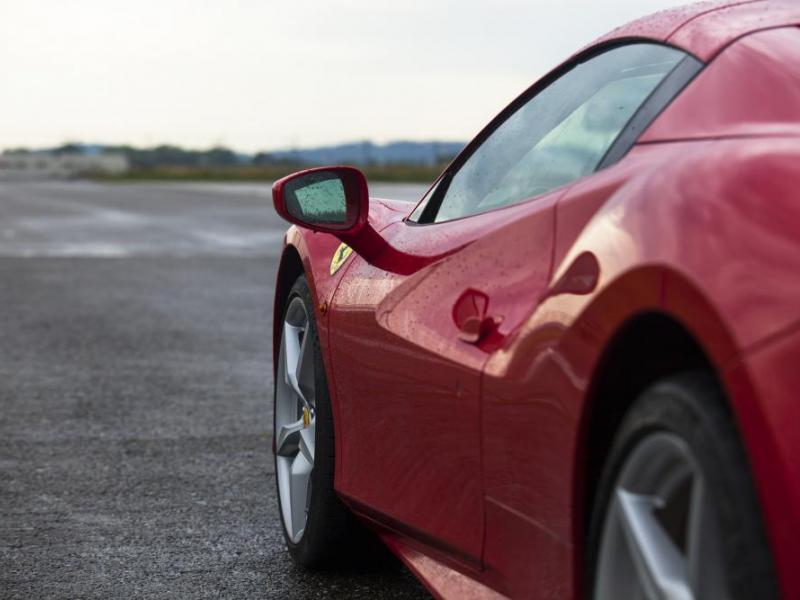 Jízda ve Ferrari na okruhu - dárkový poukaz